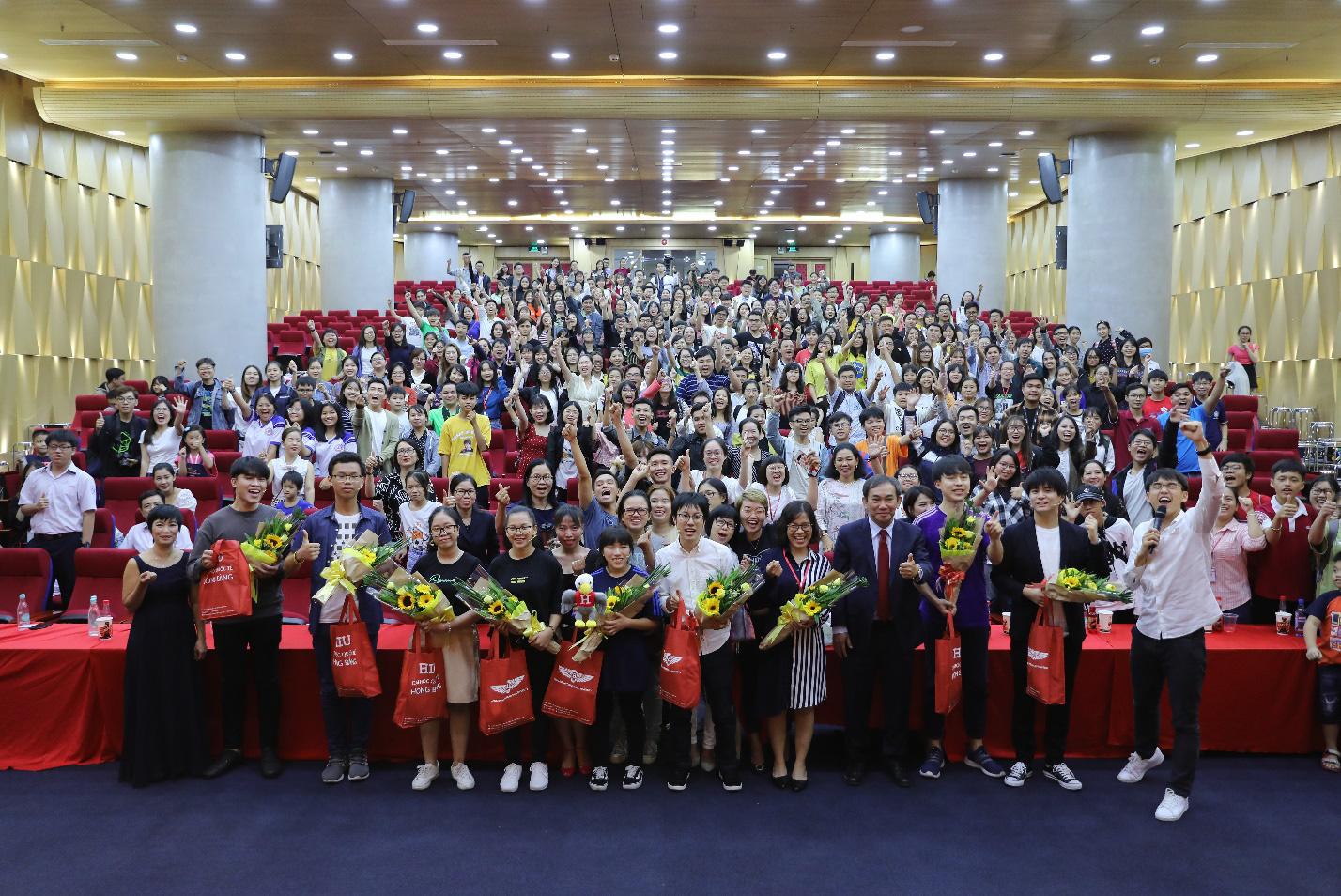 Dàn siêu trí tuệ quốc tế và Việt Nam bất ngờ hội ngộ khiến fan Việt vỡ òa - Ảnh 14.