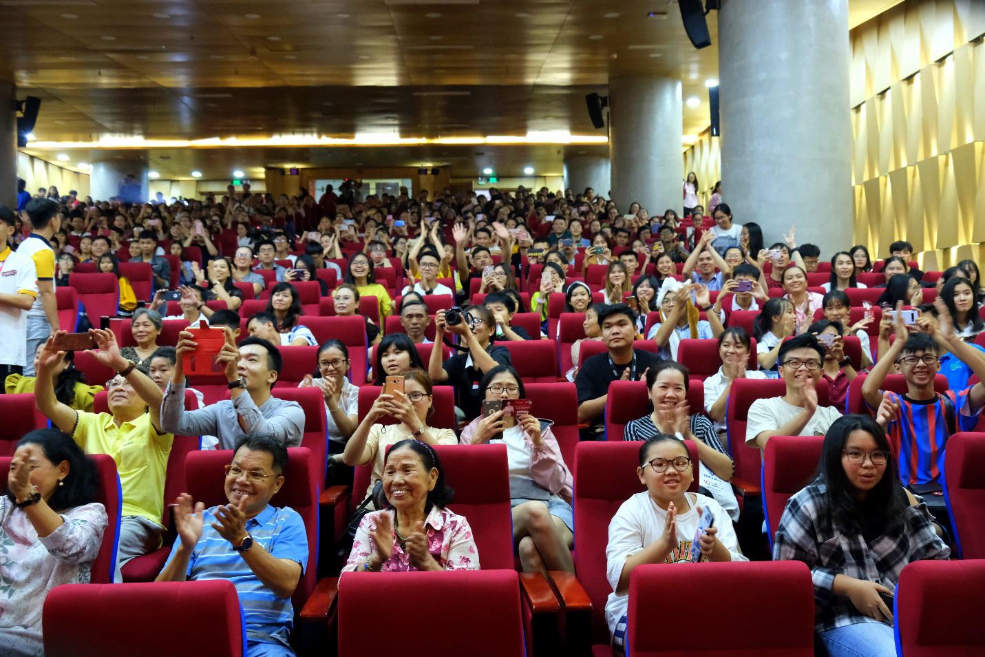 Dàn siêu trí tuệ quốc tế và Việt Nam bất ngờ hội ngộ khiến fan Việt vỡ òa - Ảnh 4.