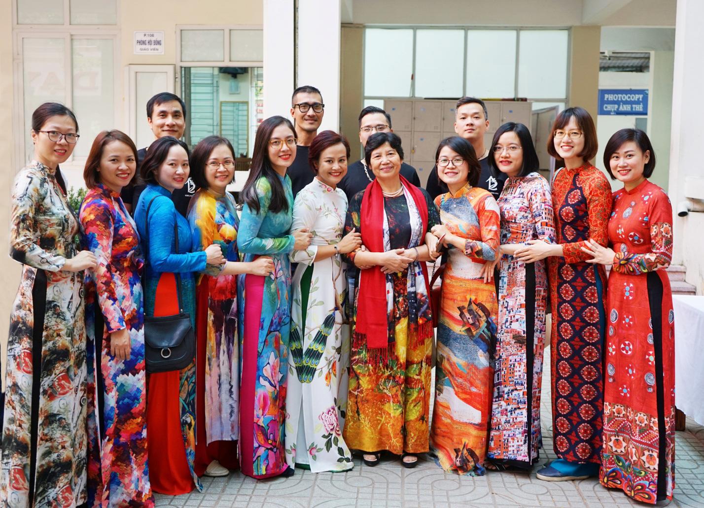 Chuyện cô trò nhỏ tặng 100 áo dài cho các thầy cô Chuyên ngữ - Ảnh 2.