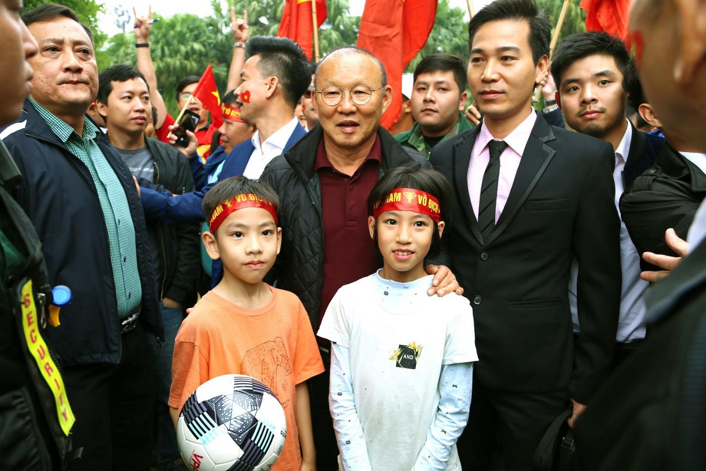 Người hâm mộ cuồng nhiệt với thầy trò HLV Park Hang Seo và thủ môn Đặng Văn Lâm - Ảnh 7.