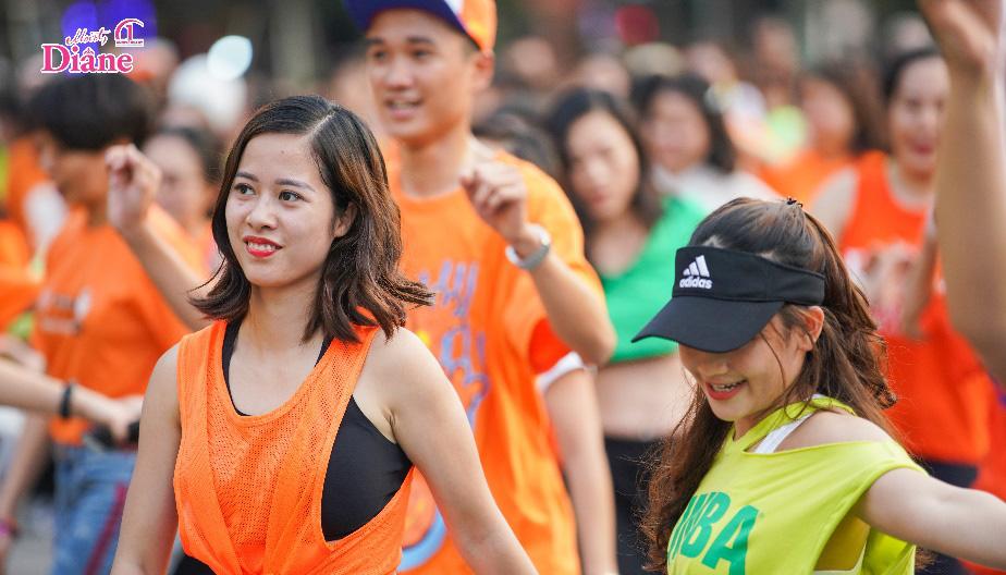 """Hơn 1.000 người mặc áo cam """"nhuộm màu"""" Hồ Gươm - Ảnh 3."""
