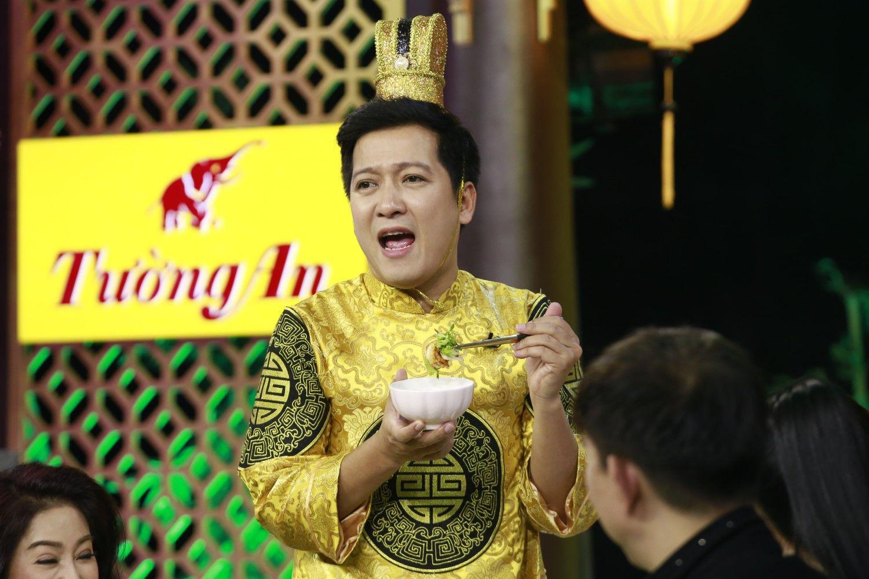 """Trường Giang mải ăn đến """"bung cúc áo"""" ở Thiên Đường Ẩm Thực - Ảnh 2."""