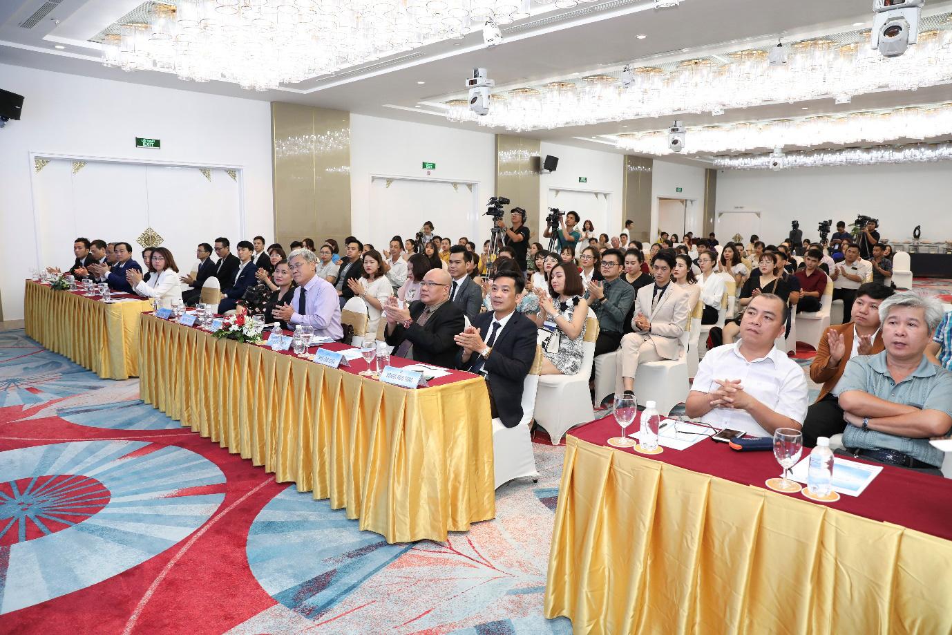 """Hơn 100 bác sĩ và chuyên gia đầu ngành đến dự buổi hội thảo """"An toàn trong phẫu thuật tạo hình thẩm mỹ"""" - Ảnh 3."""