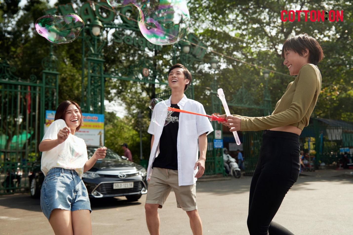 Hoàng Yến, Trần Nghĩa và Hồ Thu Anh trẻ trung với thời trang quốc tế đến từ Úc - COTTON:ON - Ảnh 4.