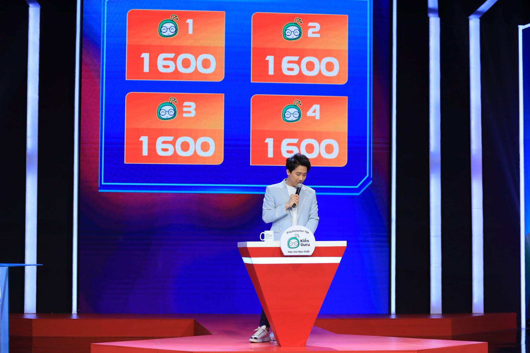Trấn Thành bất ngờ trước sự hồn nhiên của cậu bé 14 tuổi khi trả lời các câu hỏi từ ứng dụng học tập Kiến Guru - Ảnh 1.
