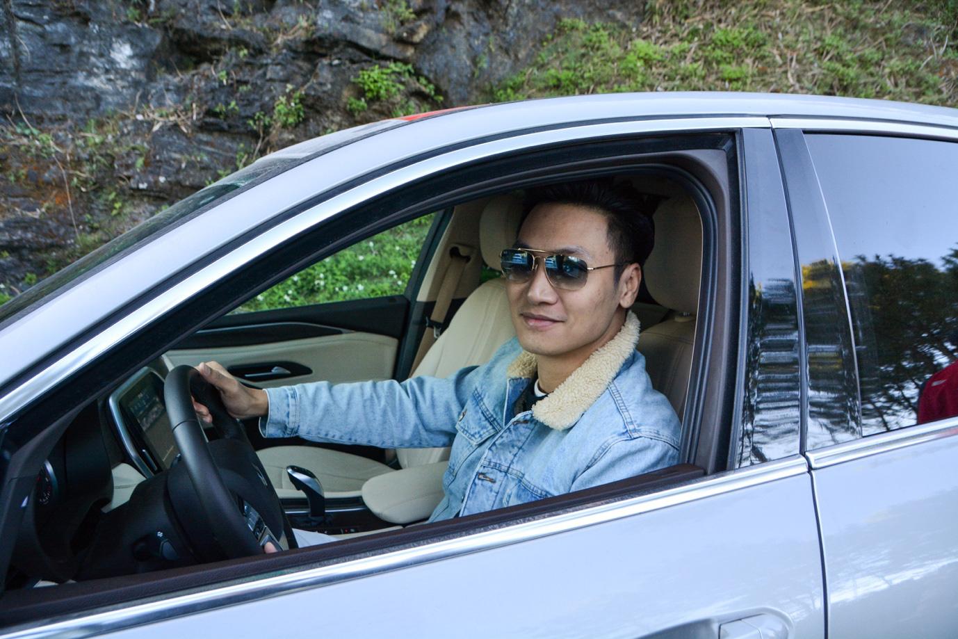 Mạnh Trường, Bảo Thanh thể hiện trình độ lái xe chẳng kém ai trên cung đường lắt léo đến Hà Giang - Ảnh 1.