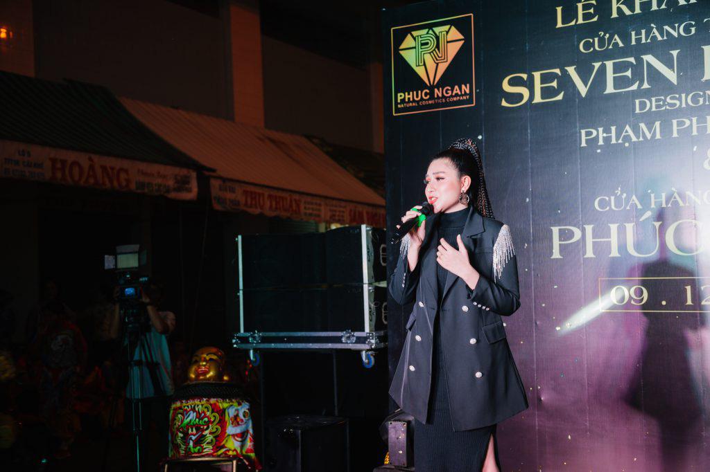 Ca sĩ Ưng Hoàng Phúc khuấy động lễ khai trương thương hiệu Seven Luxury - Ảnh 2.