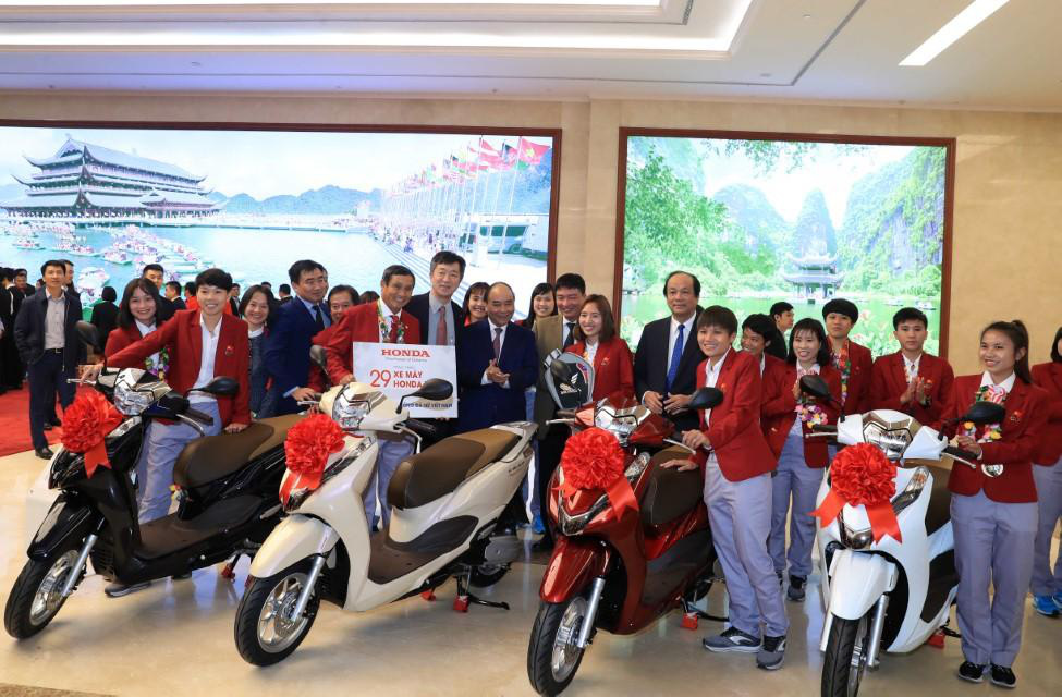 Tuyển Quốc gia nữ và tuyển U22 Việt Nam được nhà tài trợ chính trao tặng món quà trị giá 3 tỷ đồng - Ảnh 1.