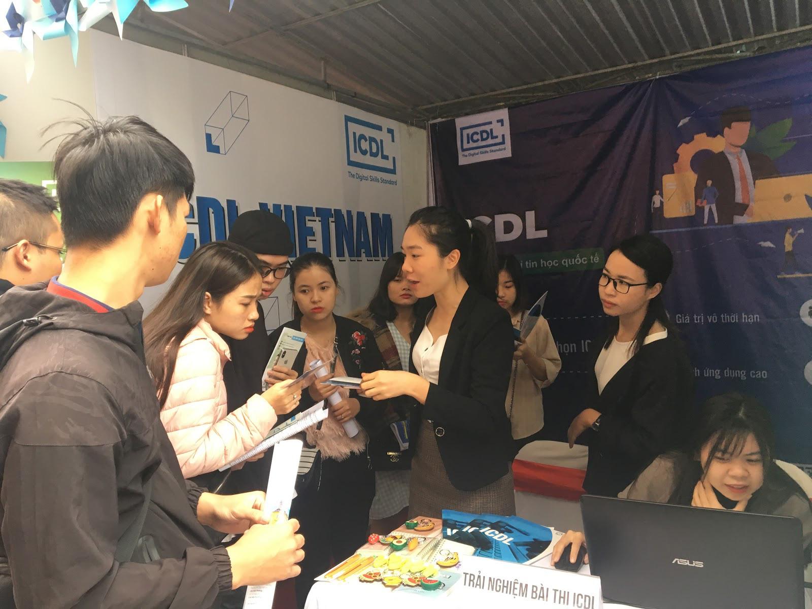 Sôi động với 3.000 sinh viên trường Đại học HUBT tại Ngày hội việc làm 2019 - Ảnh 8.