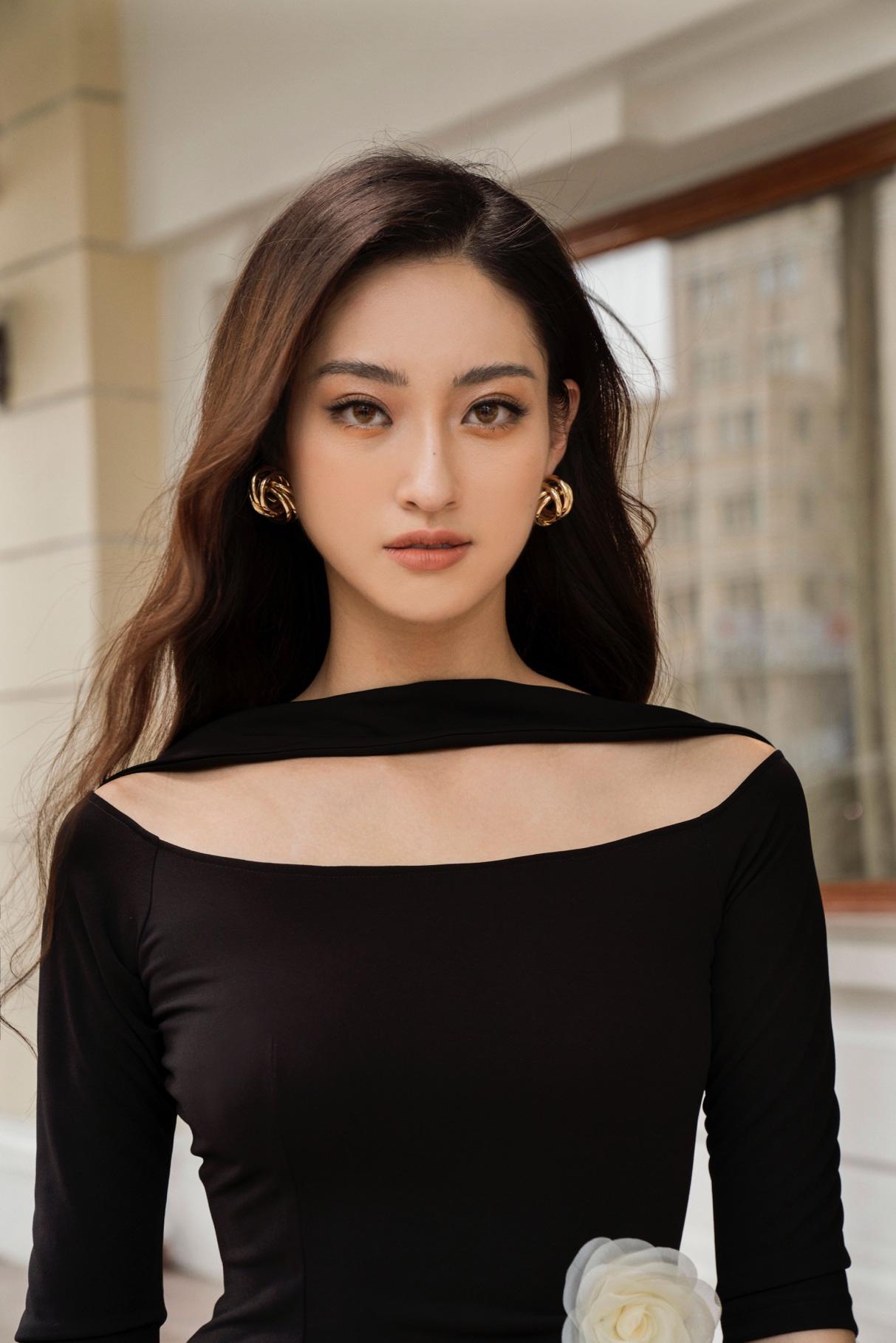 Tỏa sáng tiệc cuối năm, hội chị em nên học ngay bí kíp dress up của Hoa hậu Lương Thùy Linh - Ảnh 1.