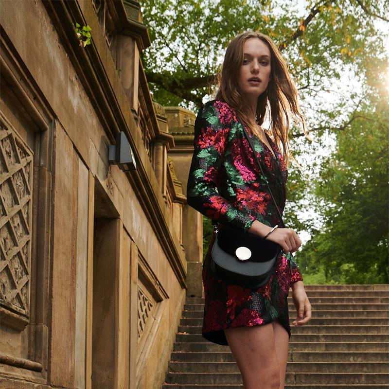Đặc trưng tạo nên phong cách thời trang street wear chính là sự kết hợp giữa outfit với giày - túi - Ảnh 2.