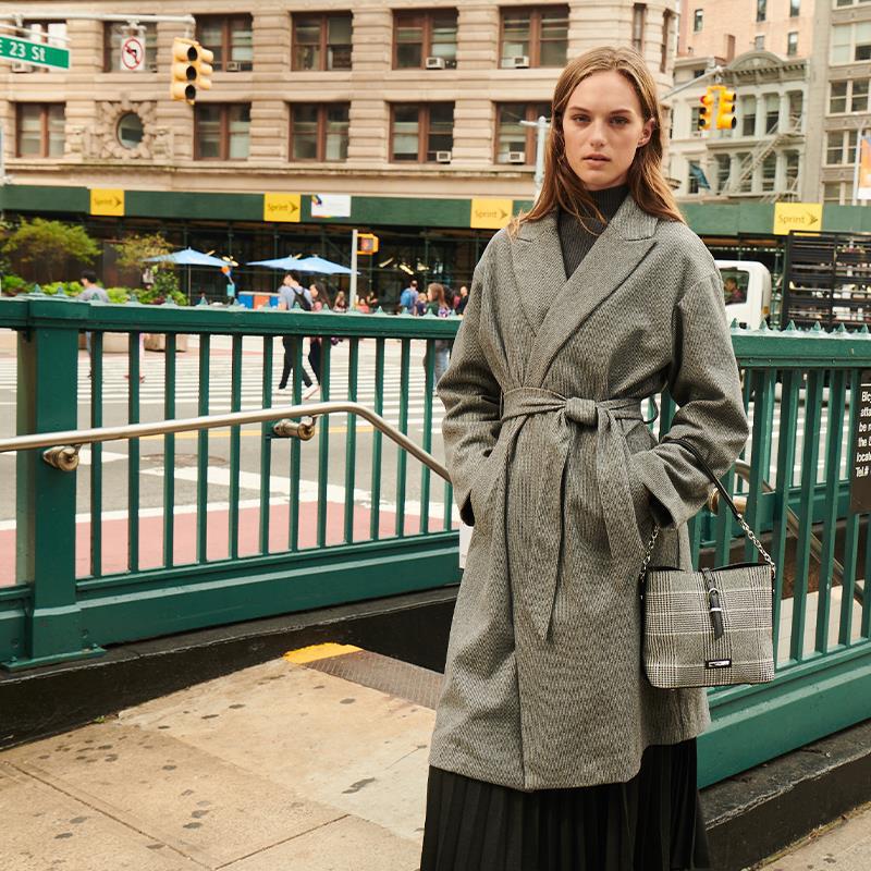 Đặc trưng tạo nên phong cách thời trang street wear chính là sự kết hợp giữa outfit với giày - túi - Ảnh 4.