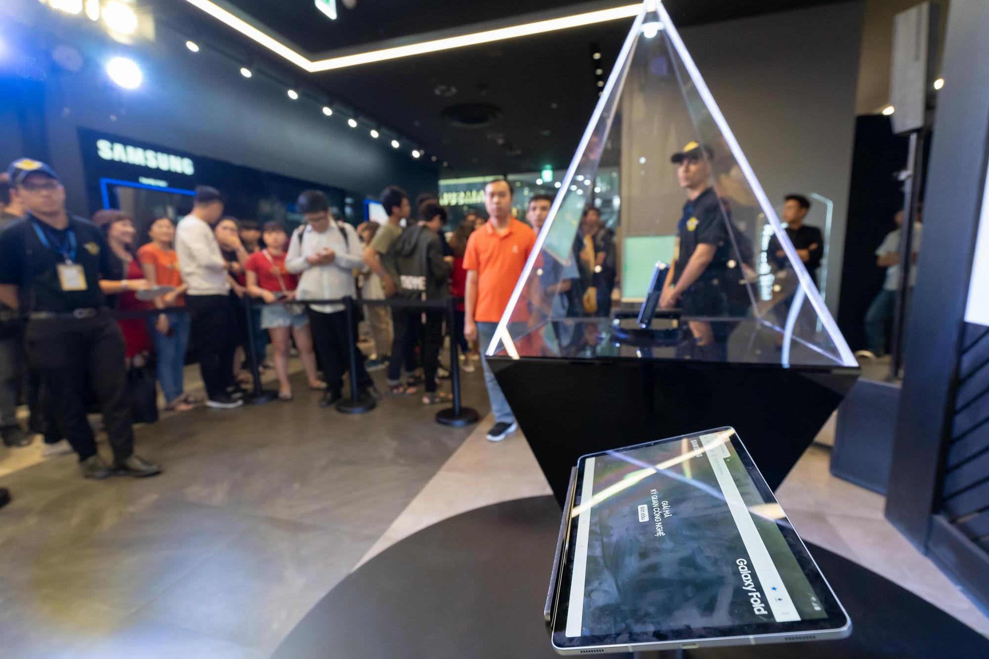 Kỳ quan công nghệ Galaxy Fold đã được giải mã và hành trình đầy kịch tính, thăng hoa đến phút cuối cùng - Ảnh 8.