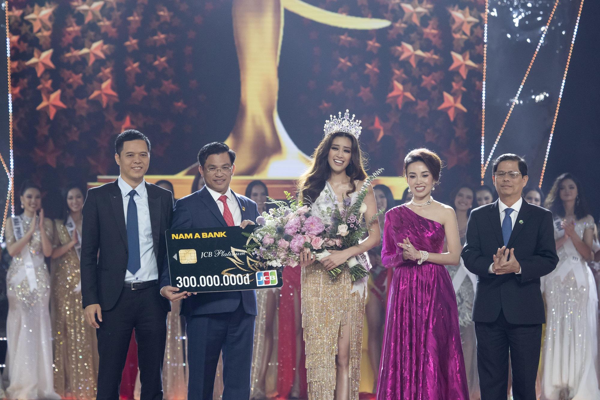 Nam A Bank trao thẻ JCB cho tân Hoa hậu Hoàn vũ Việt Nam 2019 - Ảnh 1.