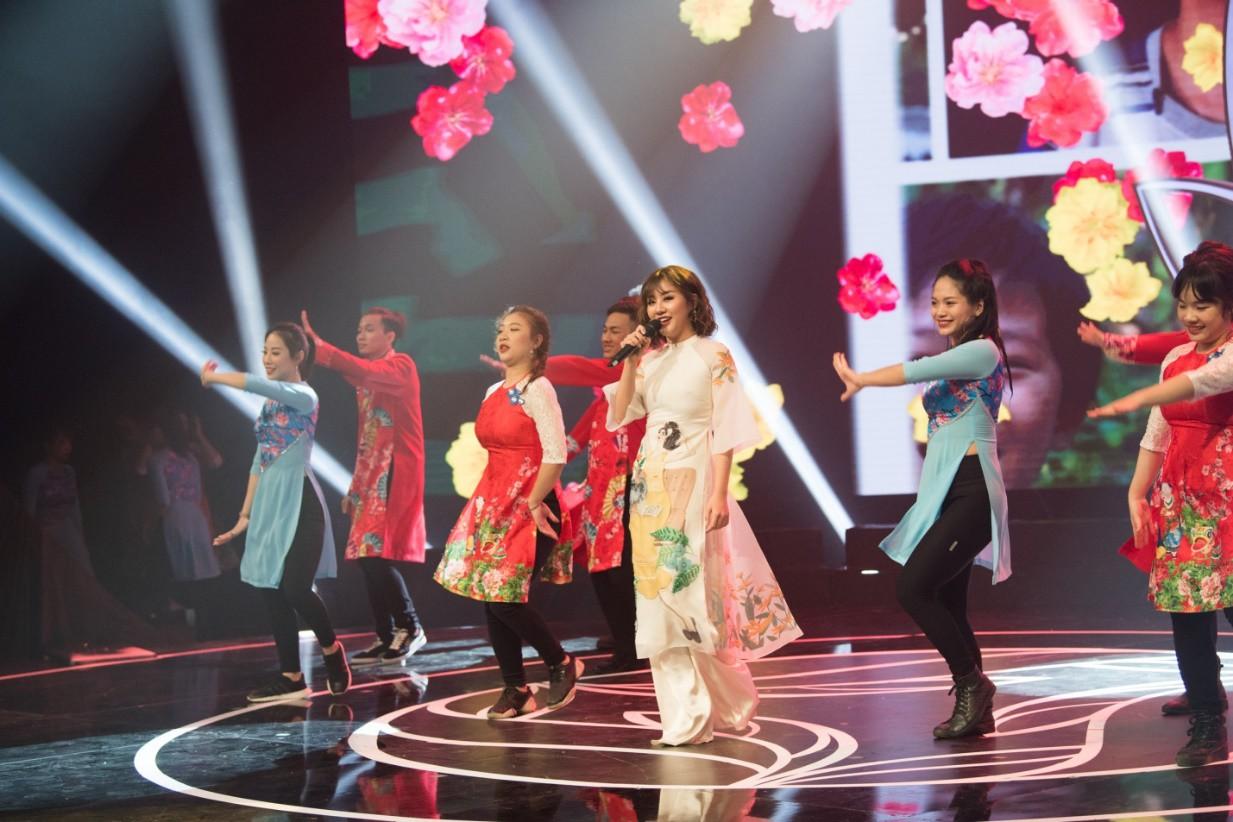 """Văn Mai Hương hóa nàng thơ với áo dài trắng tinh khôi trên sân khấu Gala""""Cặp lá yêu thương – Tết An Bình"""" - Ảnh 1."""
