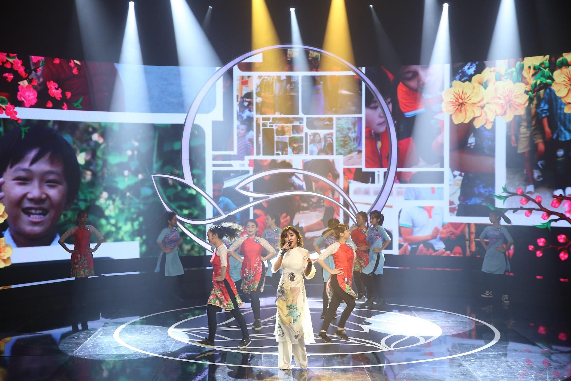 """Văn Mai Hương hóa nàng thơ với áo dài trắng tinh khôi trên sân khấu Gala""""Cặp lá yêu thương – Tết An Bình"""" - Ảnh 2."""
