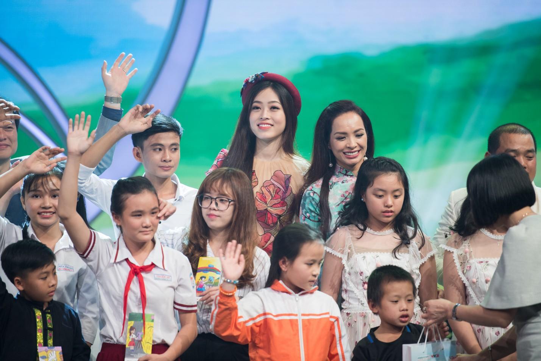 """Văn Mai Hương hóa nàng thơ với áo dài trắng tinh khôi trên sân khấu Gala""""Cặp lá yêu thương – Tết An Bình"""" - Ảnh 11."""