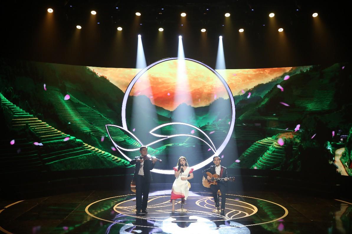 """Văn Mai Hương hóa nàng thơ với áo dài trắng tinh khôi trên sân khấu Gala""""Cặp lá yêu thương – Tết An Bình"""" - Ảnh 5."""