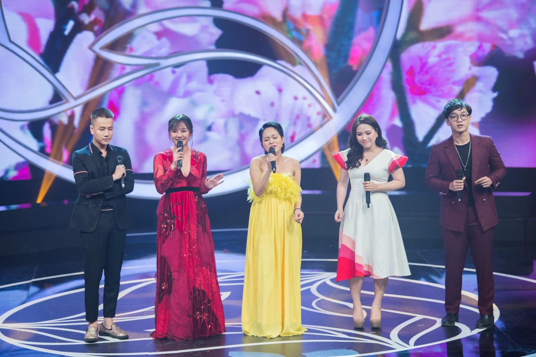 """Văn Mai Hương hóa nàng thơ với áo dài trắng tinh khôi trên sân khấu Gala""""Cặp lá yêu thương – Tết An Bình"""" - Ảnh 7."""