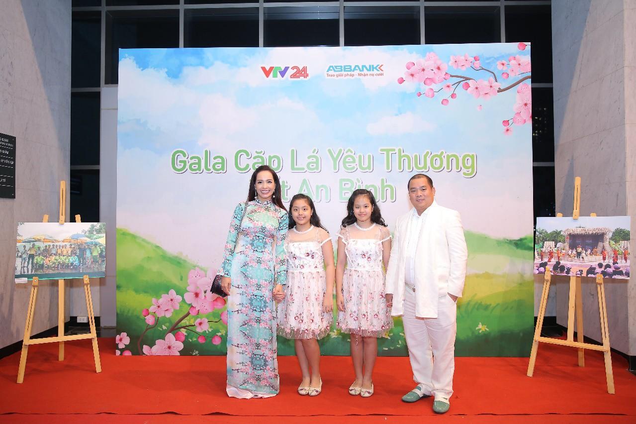 """Văn Mai Hương hóa nàng thơ với áo dài trắng tinh khôi trên sân khấu Gala""""Cặp lá yêu thương – Tết An Bình"""" - Ảnh 9."""