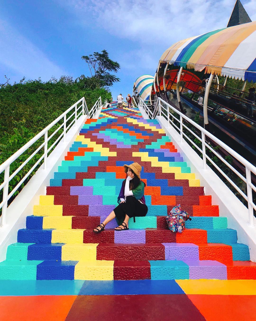 Phát hiện Nấc thang cầu vồng chụp ảnh siêu ảo diệu ở Nha Trang - Ảnh 1.