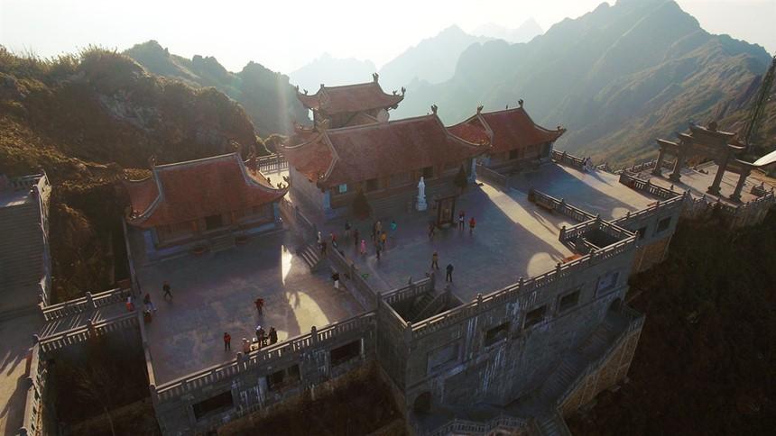 Ngắm dáng chùa Việt ẩn trong dáng núi, đẹp kỳ ảo giữa chốn mây bồng Fansipan - Ảnh 1.