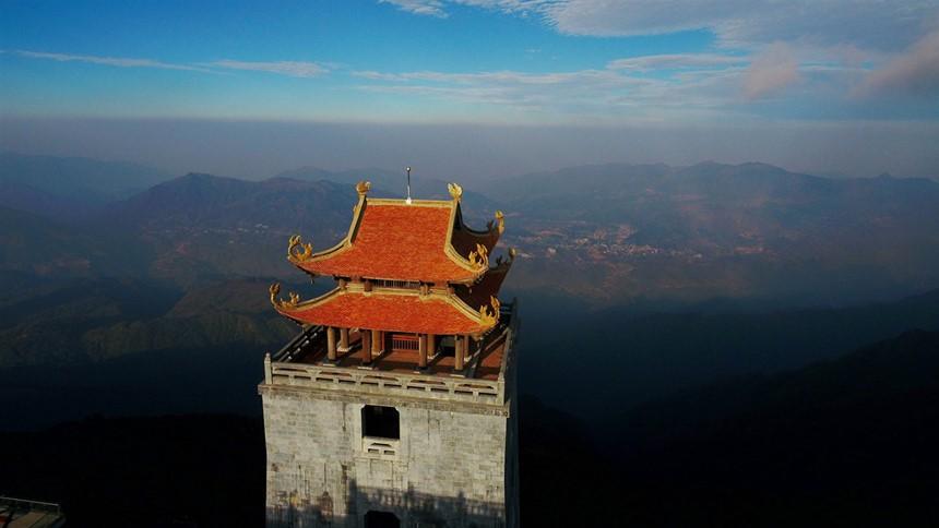 Ngắm dáng chùa Việt ẩn trong dáng núi, đẹp kỳ ảo giữa chốn mây bồng Fansipan - Ảnh 2.