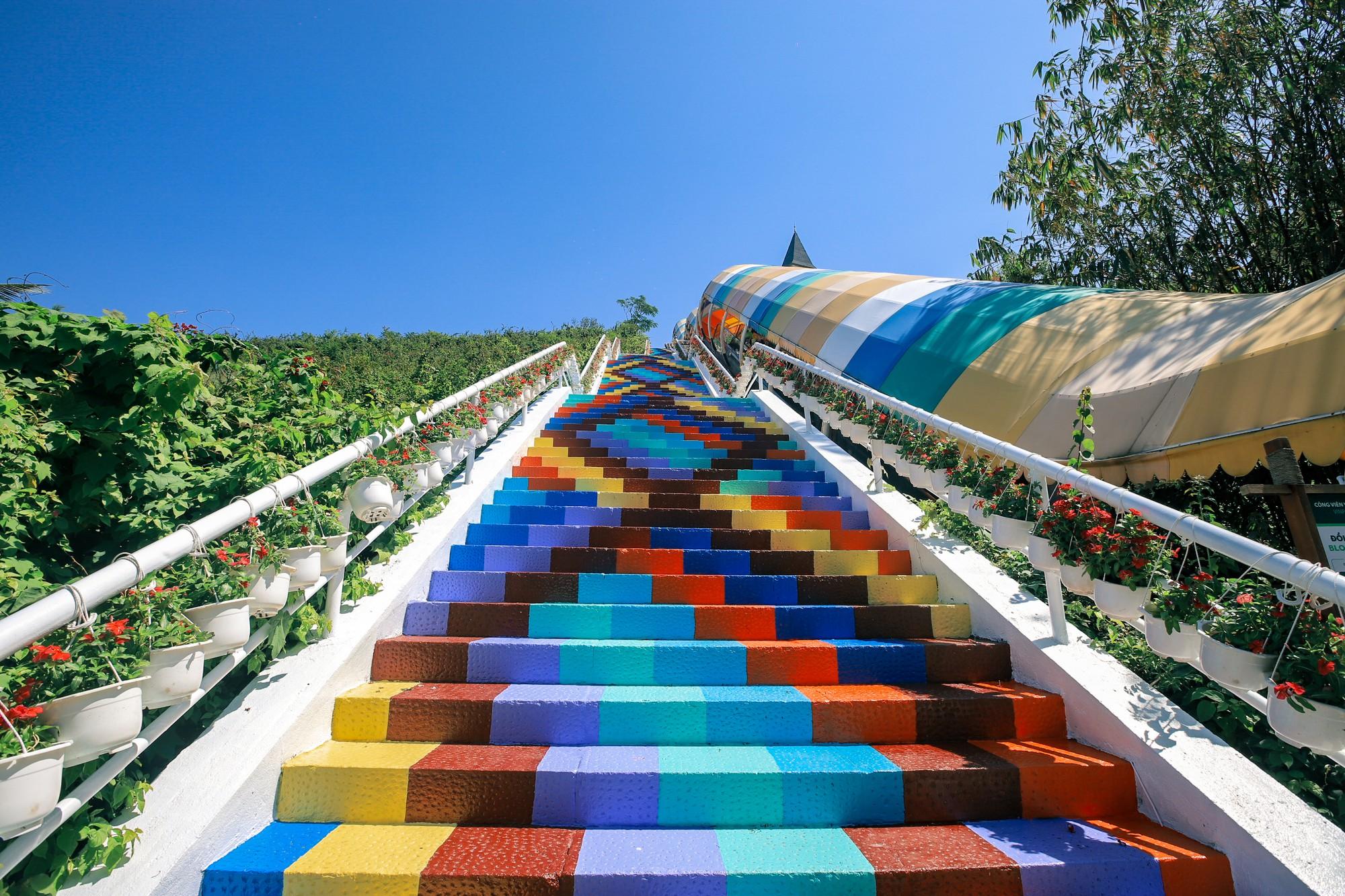 Phát hiện Nấc thang cầu vồng chụp ảnh siêu ảo diệu ở Nha Trang - Ảnh 3.