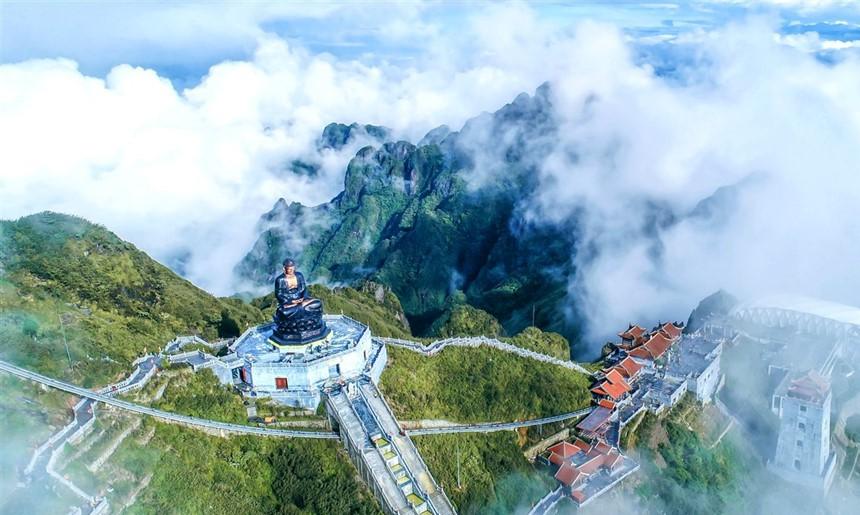 Ngắm dáng chùa Việt ẩn trong dáng núi, đẹp kỳ ảo giữa chốn mây bồng Fansipan - Ảnh 3.