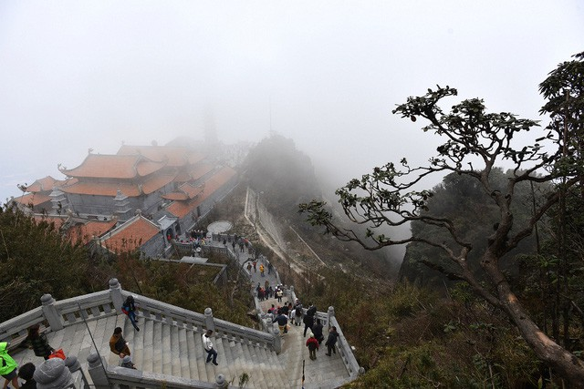 Ngắm dáng chùa Việt ẩn trong dáng núi, đẹp kỳ ảo giữa chốn mây bồng Fansipan - Ảnh 4.