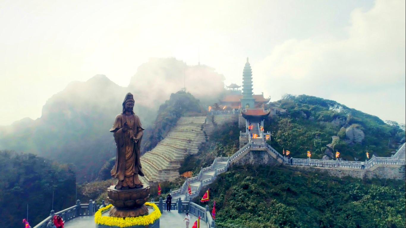 Ngắm dáng chùa Việt ẩn trong dáng núi, đẹp kỳ ảo giữa chốn mây bồng Fansipan - Ảnh 9.