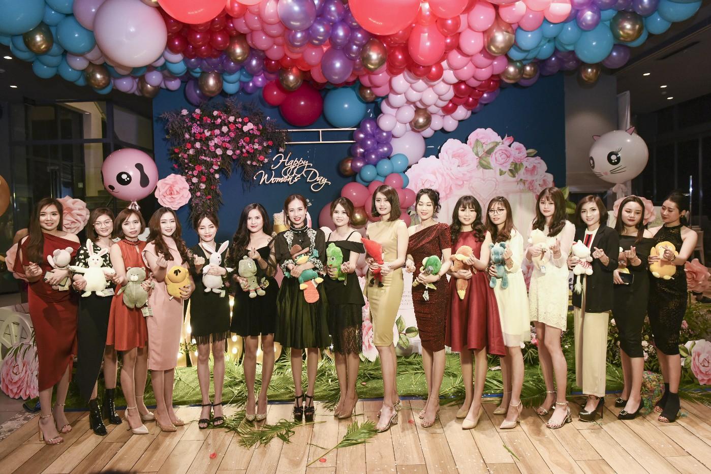 Đào Bá Lộc khuấy động đêm tiệc hoành tráng của công ty Kosxu nhân ngày Quốc tế Phụ nữ - Ảnh 2.
