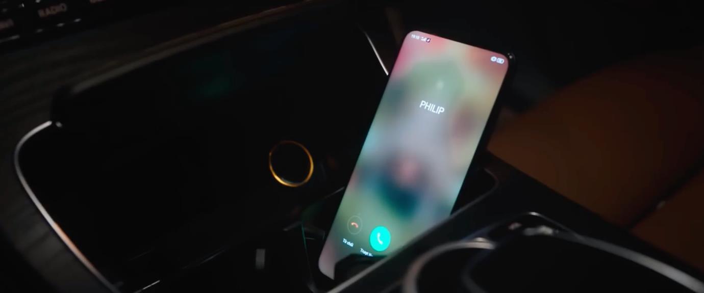 Sự thật về chiếc smartphone tràn viền siêu quyến rũ trong MV triệu view mới nhất của Hương Giang - Ảnh 4.