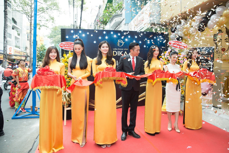Hoa hậu Tiểu Vy ngời ngời khí chất dự khai trương viện phun xăm thẩm mỹ - Ảnh 2.
