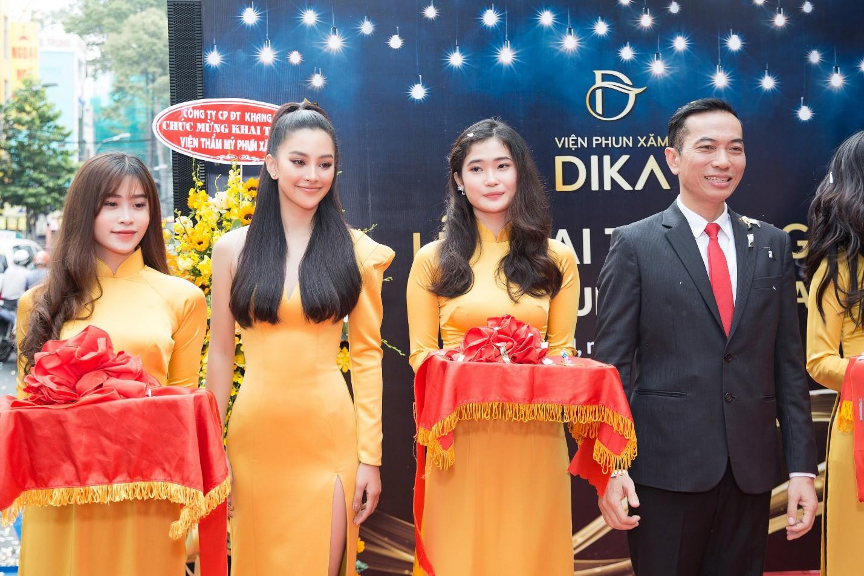 Hoa hậu Tiểu Vy ngời ngời khí chất dự khai trương viện phun xăm thẩm mỹ - Ảnh 3.