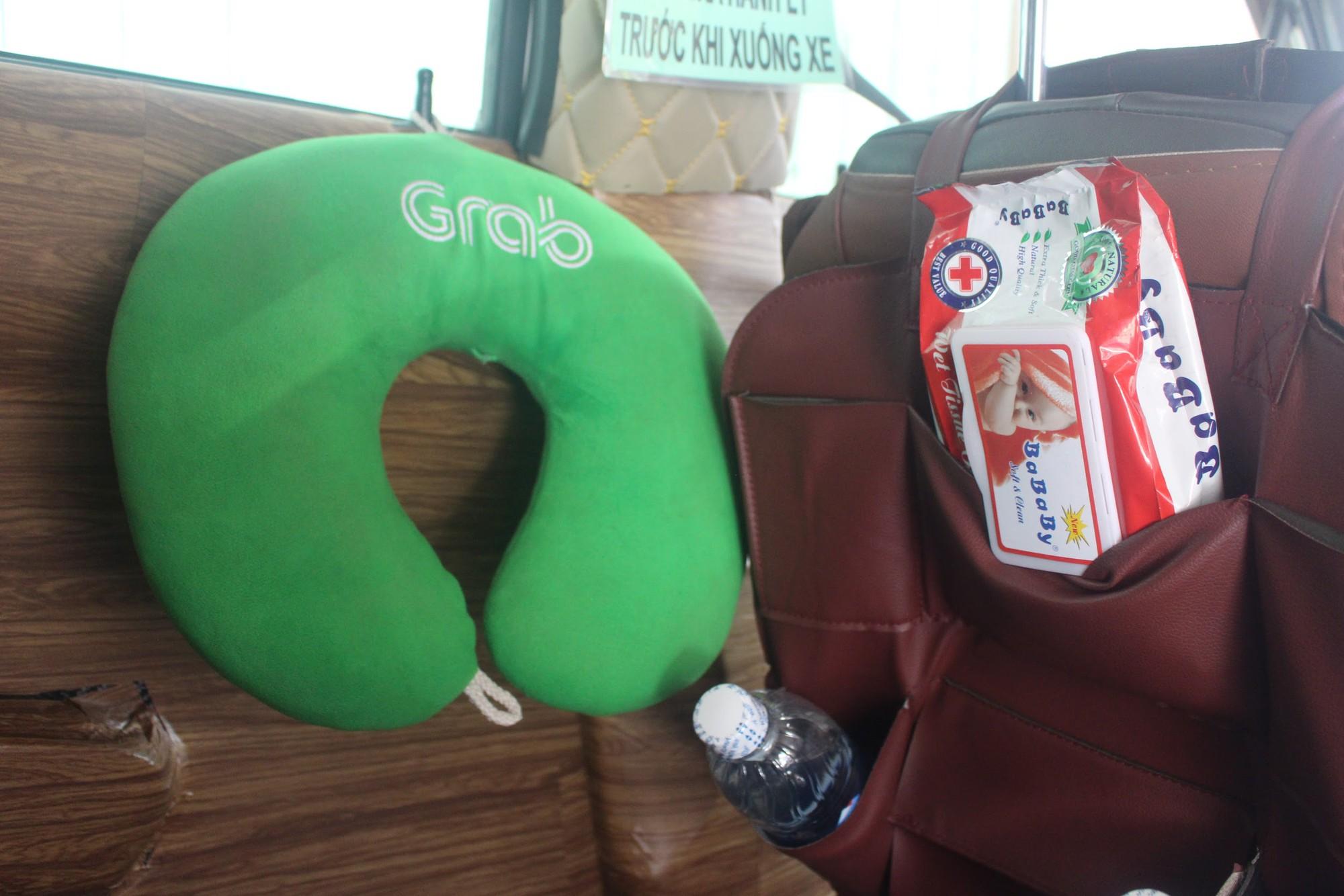 Giữa Sài thành tấp nập, hai chiếc GrabCar chở cả thân thương đón khách - Ảnh 3.