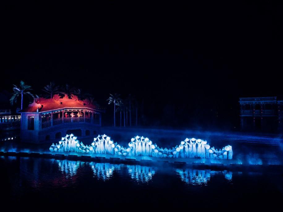 Reuters ghi nhận Hội An sở hữu chương trình biểu diễn thực cảnh hấp dẫn thế giới - Ảnh 3.
