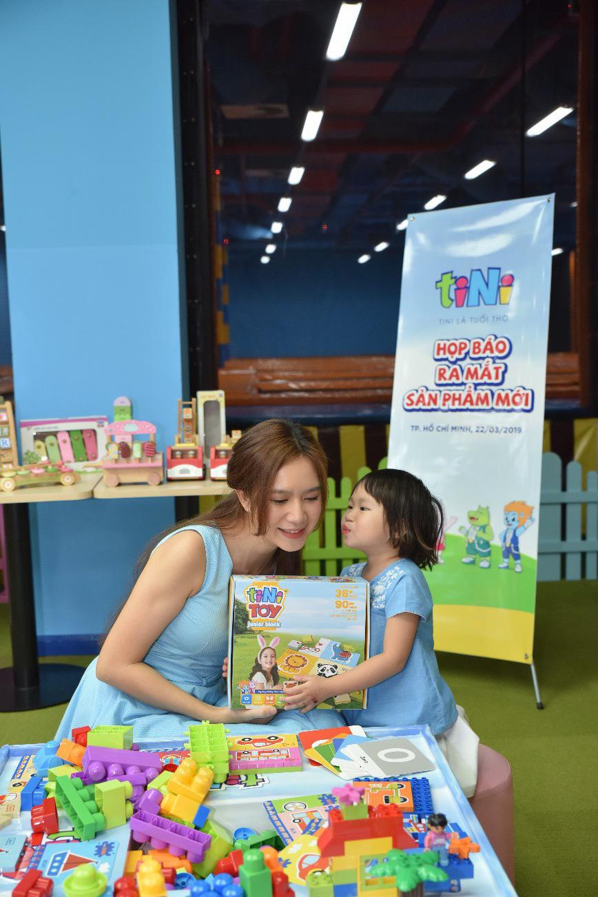 Hai con của Lý Hải, Minh Hà háo hức chơi đồ chơi khi tham dự sự kiện - Ảnh 2.