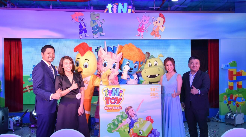 Hai con của Lý Hải, Minh Hà háo hức chơi đồ chơi khi tham dự sự kiện - Ảnh 1.