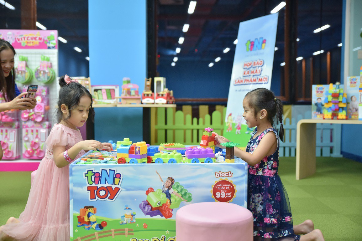 Hai con của Lý Hải, Minh Hà háo hức chơi đồ chơi khi tham dự sự kiện - Ảnh 4.
