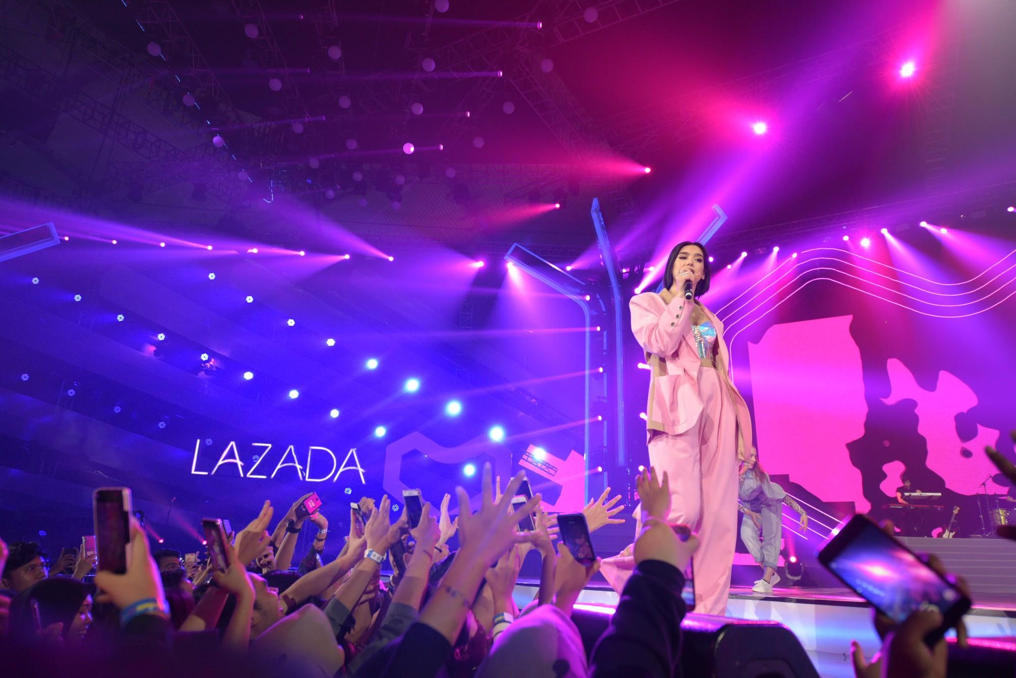 """Dua Lipa """"cân"""" cả đêm nhạc tại Indonesia, nhưng Đông Nhi ngầu chẳng kém khi hát tiếng Anh cực """"nuột"""" - Ảnh 1."""