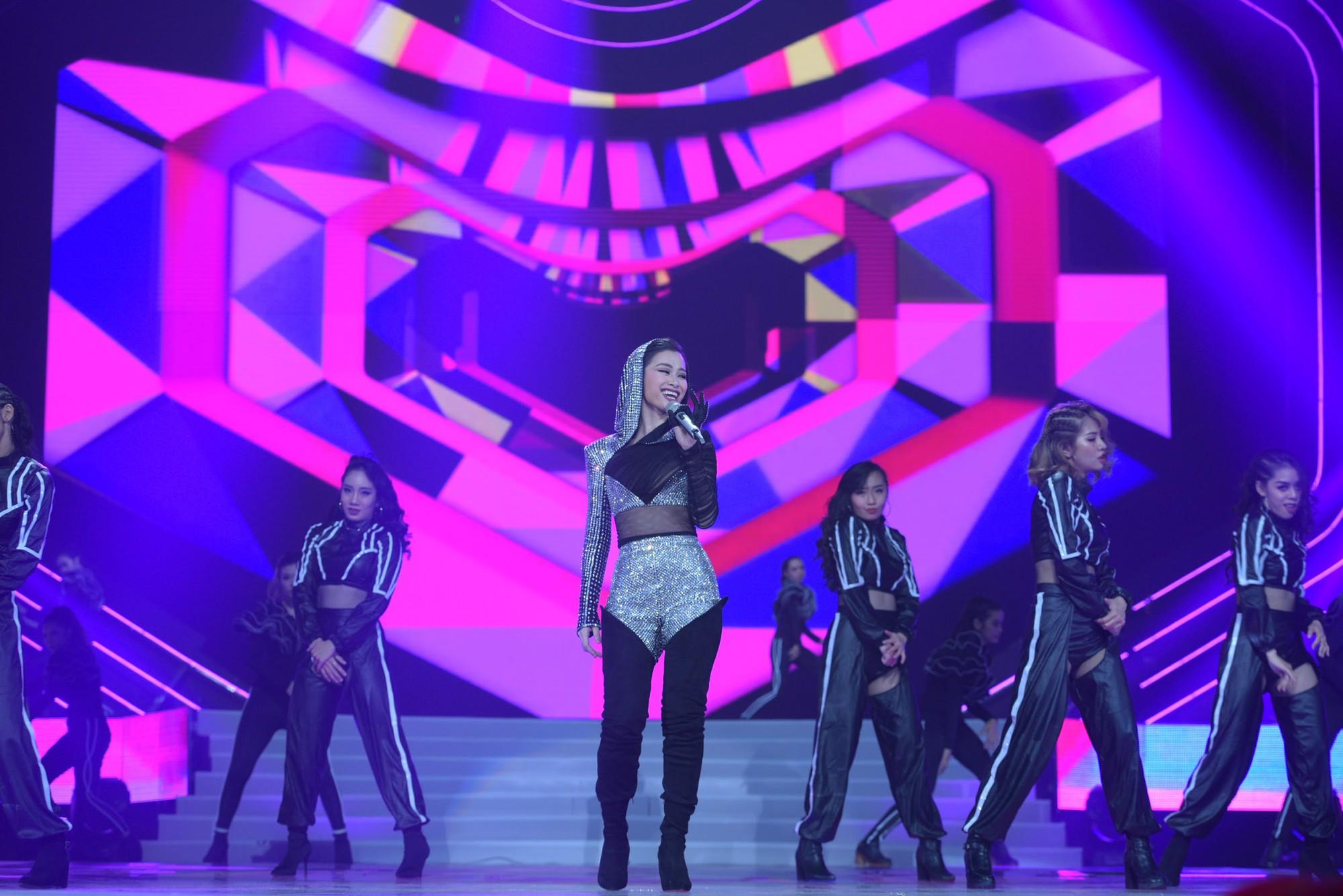 """Dua Lipa """"cân"""" cả đêm nhạc tại Indonesia, nhưng Đông Nhi ngầu chẳng kém khi hát tiếng Anh cực """"nuột"""" - Ảnh 7."""