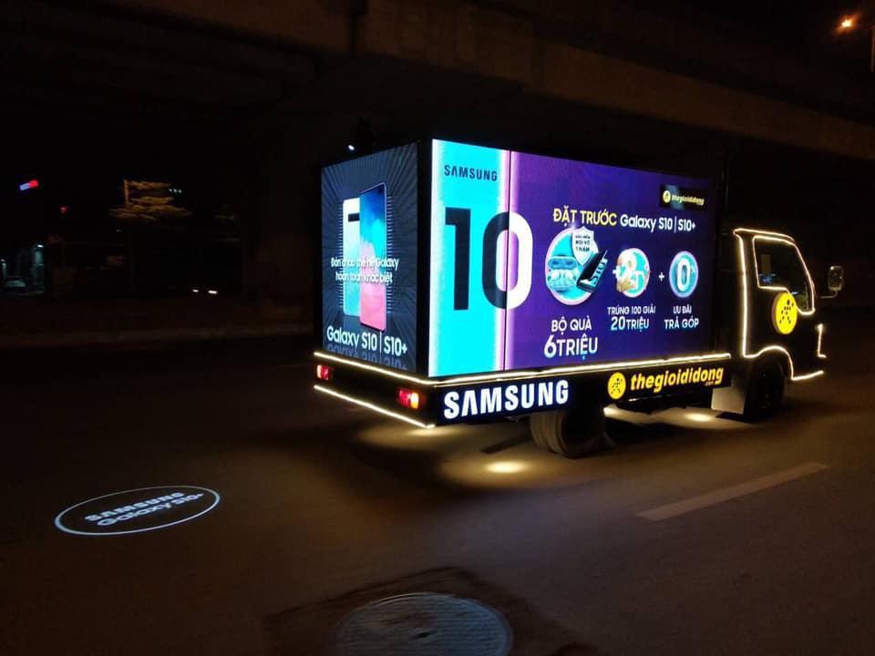 Thế Giới Di Động độ xe, chở Galaxy S10/S10+ diễu phố khắp Sài Gòn, Hà Nội - Ảnh 1.