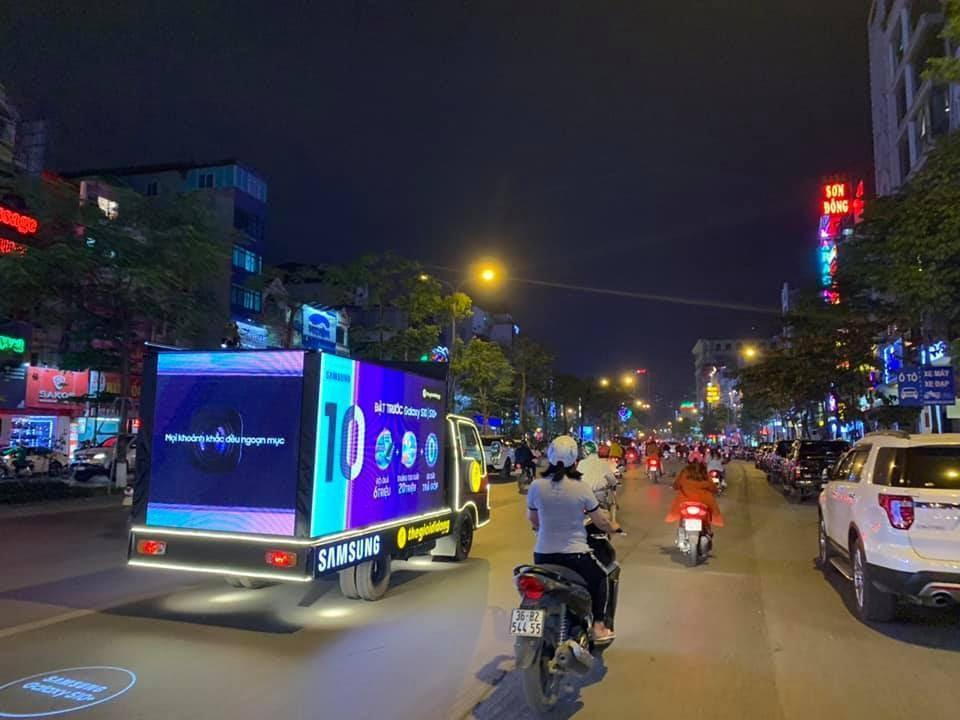 Thế Giới Di Động độ xe, chở Galaxy S10/S10+ diễu phố khắp Sài Gòn, Hà Nội - Ảnh 2.
