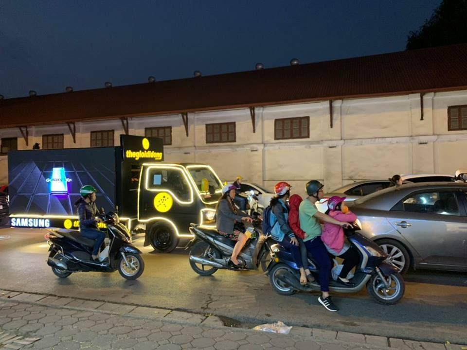Thế Giới Di Động độ xe, chở Galaxy S10/S10+ diễu phố khắp Sài Gòn, Hà Nội - Ảnh 3.