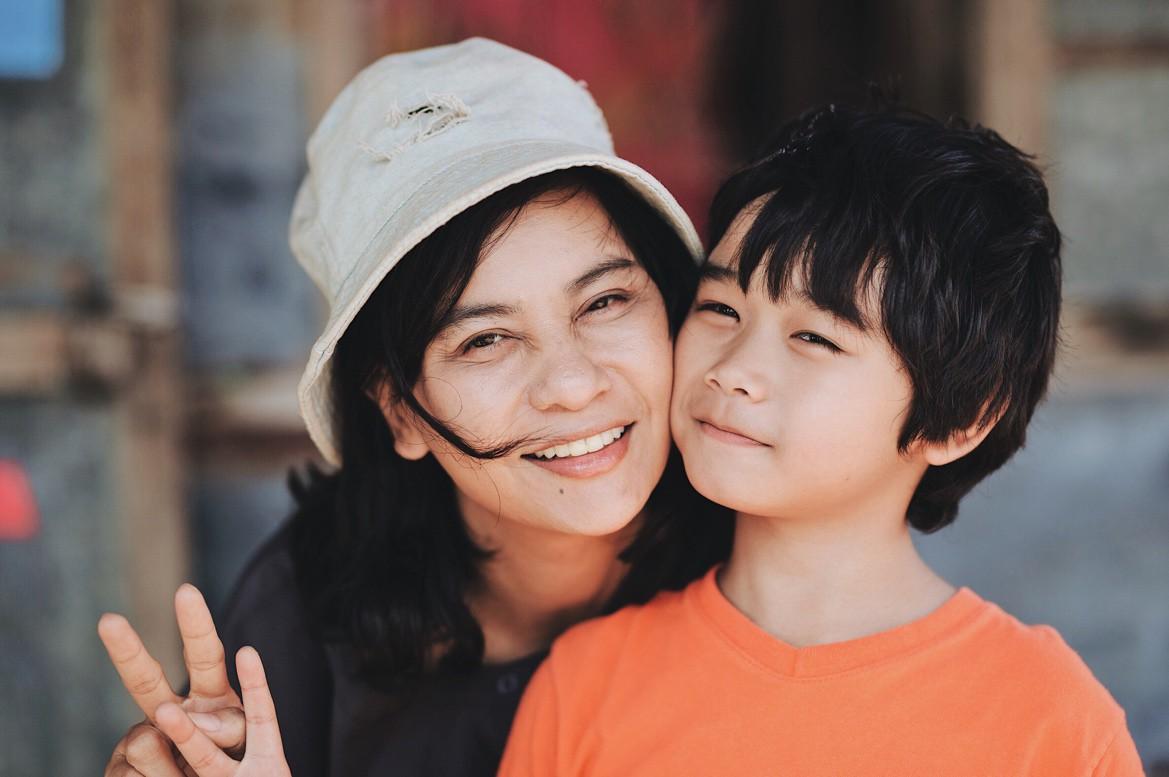 Hạnh phúc của mẹ: Đẫm nước mắt song vẫn tràn ngập màu sắc lạc quan - Ảnh 2.