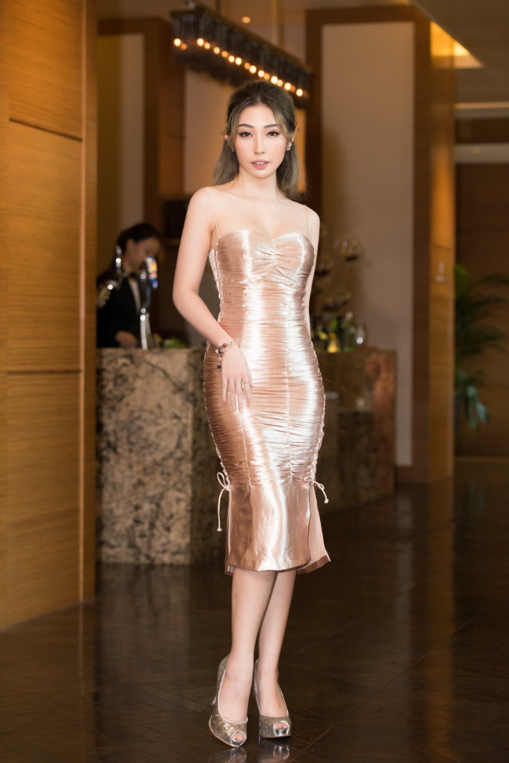 Khổng Tú Quỳnh diện váy bó sát, đẹp rạng rỡ trong ngày lên chức CEO - Ảnh 4.