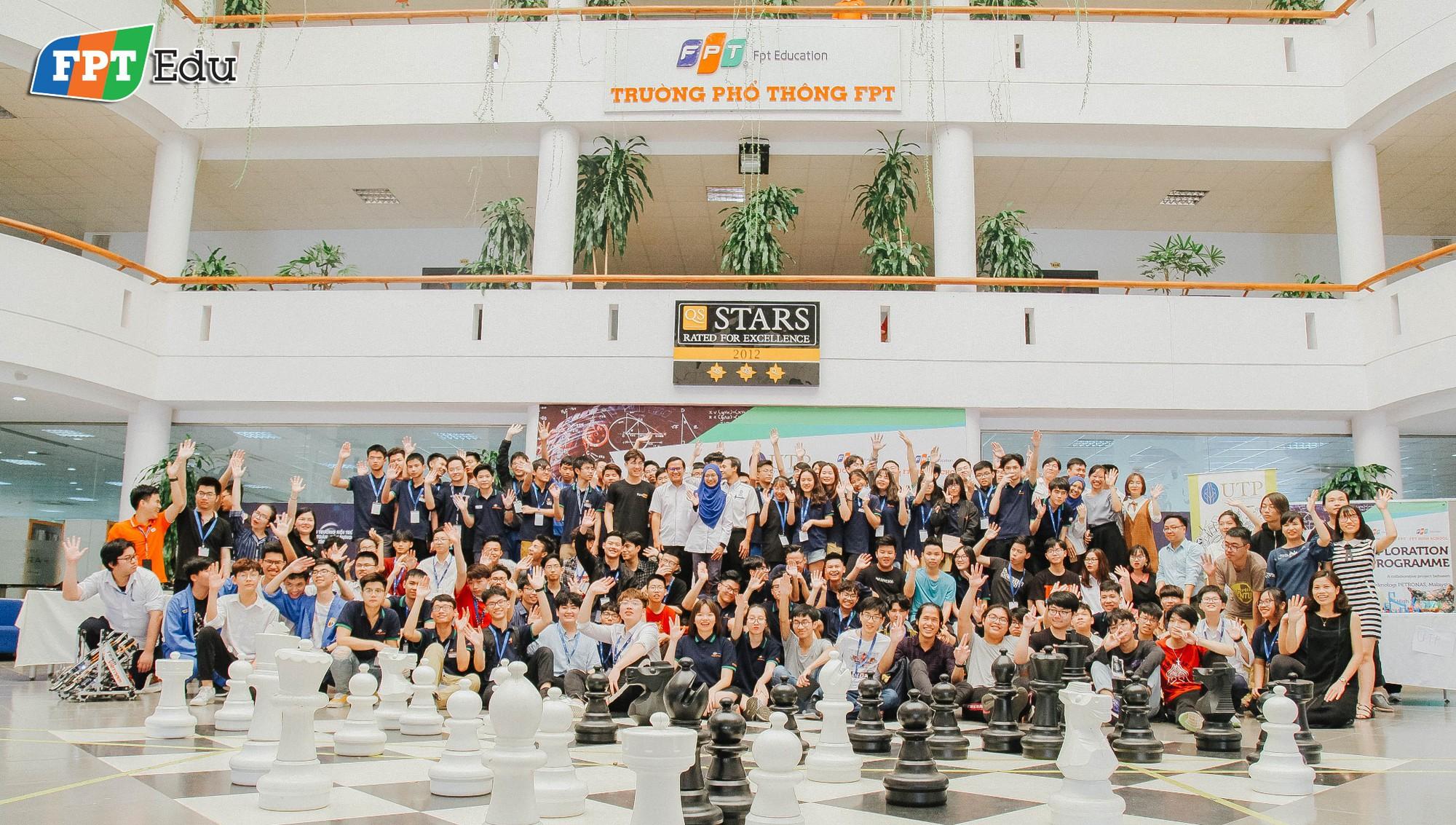 Học sinh FPT tự tay làm thí nghiệm khoa học với trường dạy dầu khí hàng đầu Malaysia - Ảnh 1.
