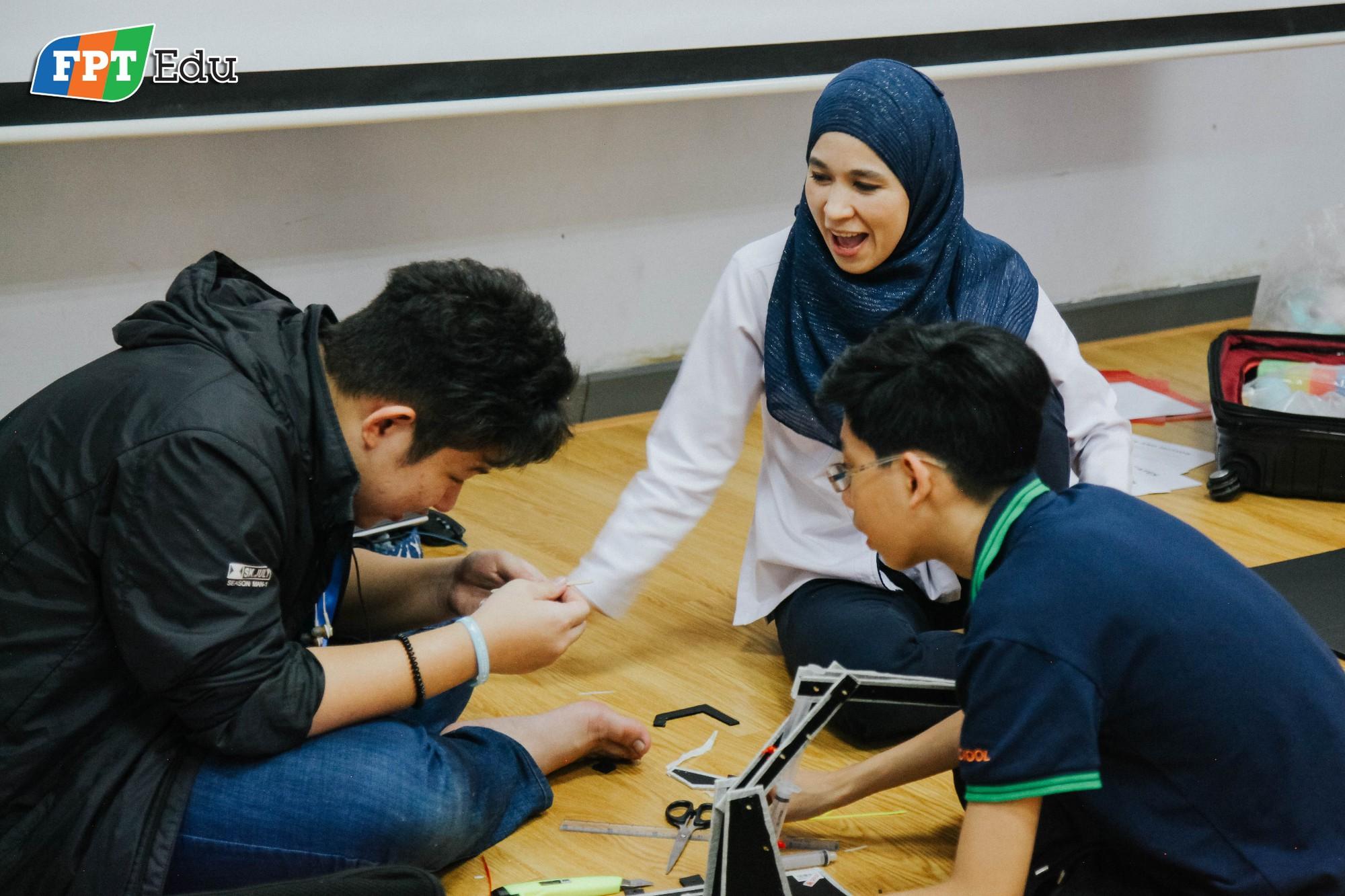 Học sinh FPT tự tay làm thí nghiệm khoa học với trường dạy dầu khí hàng đầu Malaysia - Ảnh 8.