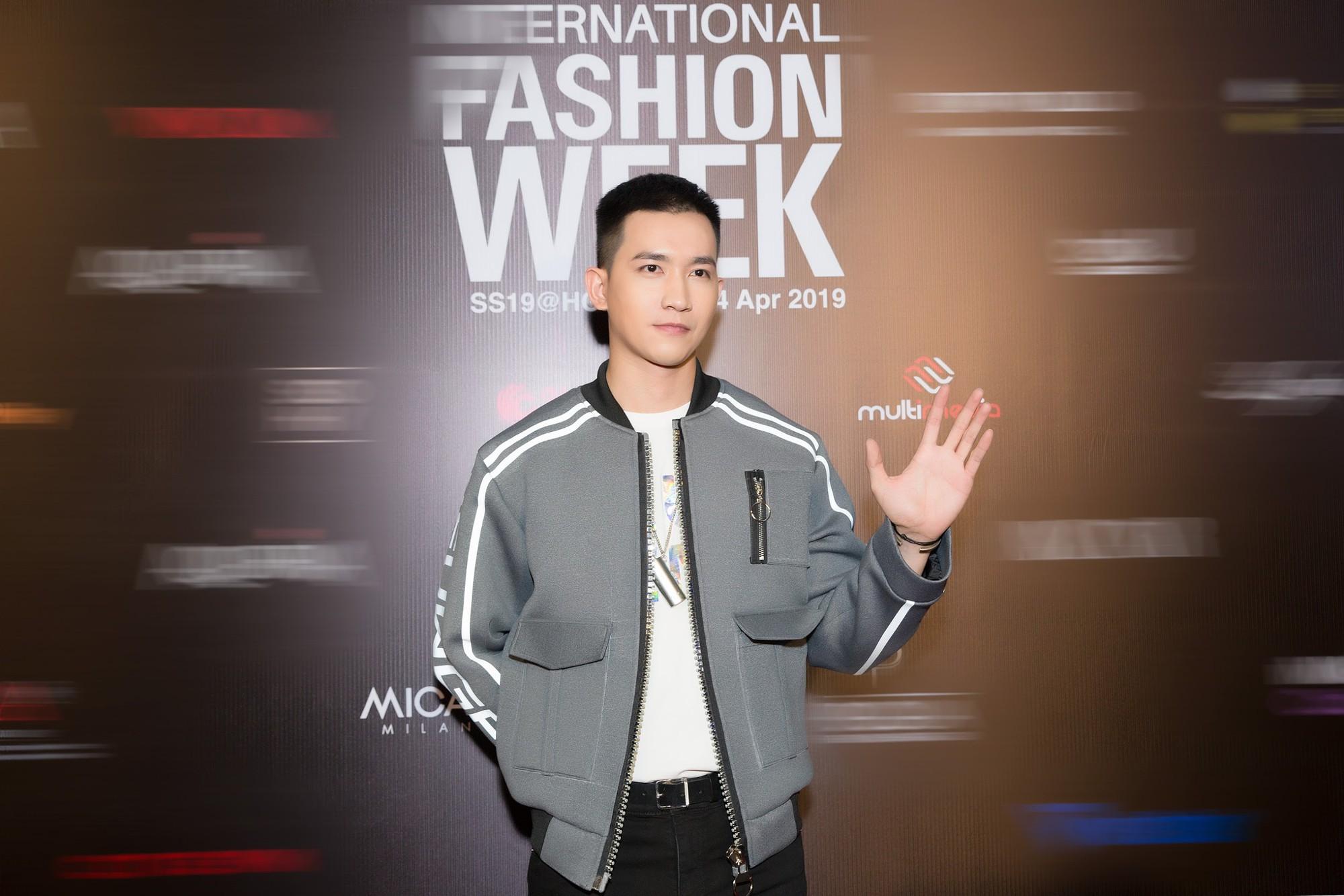 Đôi bạn mỹ nam Minh Trung - Võ Cảnh lịch lãm sánh bước cùng Ngọc Châutại VIFW - Ảnh 4.